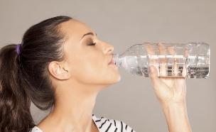 אישה שותה (צילום: אימג'בנק / Thinkstock)