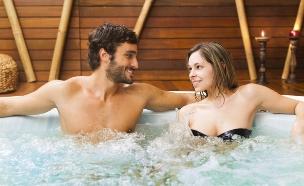 גבר ואישה יושבים בג'קוזי (צילום: אימג'בנק / Thinkstock)