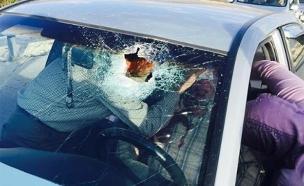 הרכב הפלסטיני שנפגע מאבנים סמוך ליצהר (צילום: רשתות חברתיות)