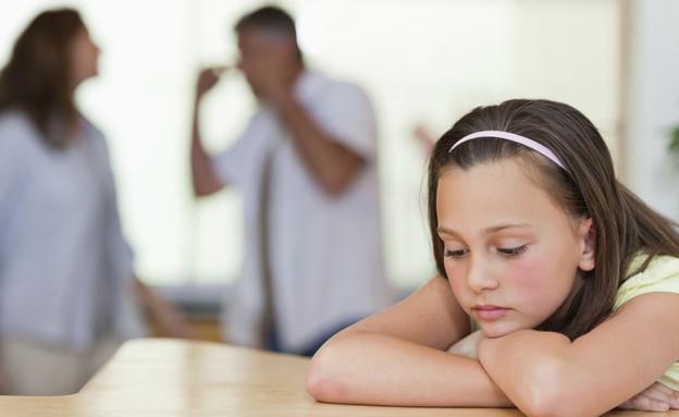 ילד עצובה על רקע הורים רבים (אילוסטרציה: Wavebreakmedia, Thinkstock)