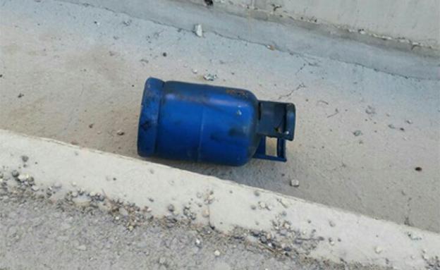 """אחד מבלוני הגז שנמצאו ברכב (צילום: דוברות כיבוי והצלה יו""""ש)"""