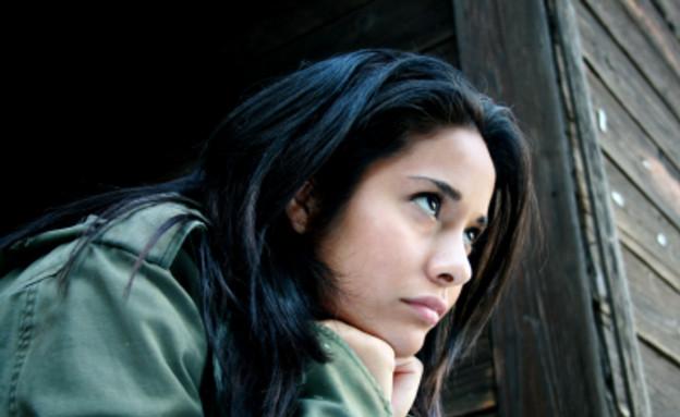 אישה מחזיקה את הראש (צילום: juanestey, Istock)