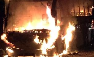 """האוטובוס עולה באש, הערב (צילום: דוברות מד""""א)"""