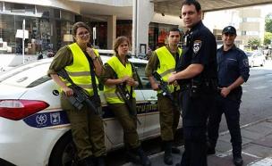 """שוטרים וחיילים בלב ת""""א (צילום: עזרי עמרם, חדשות 2)"""