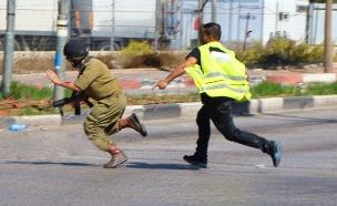 דקירת חייל באיזור חברון קריית ארבע (צילום: עד ראייה)