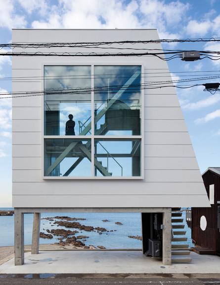 בית החלונות 01, ג, ניצב על עמודי בטון המגביהים אותו (צילום: Yasutaka Yoshimura)