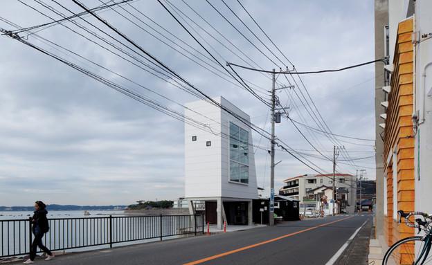 בית החלונות 02, הבית בתוך נוף סביבתו (צילום: Yasutaka Yoshimura)