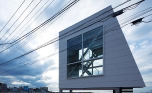 בית החלונות 03, שוכן על קו המים, וכביש קטן מפריד בינו לבין הבתים  (צילום: Yasutaka Yoshimura)