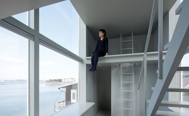 בית החלונות 04, מרכזו הוא חלל פתוח וגבוה בו ניצב גרם המדרגות (צילום: Yasutaka Yoshimura)
