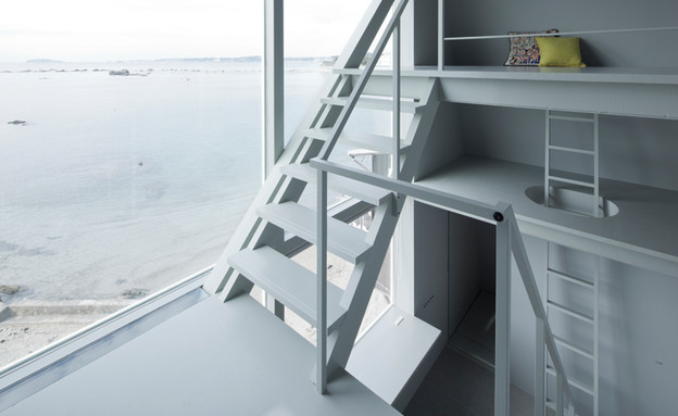 בית החלונות 07, סולם אנכי שנמשך בין הקומות מעניק גישה לחדר השינה (צילום: Yasutaka Yoshimura)