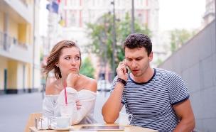 על בנים ועל בנות - האם הוא מנצל אותך בקשר (אילוסטרציה: Shutterstock, מעריב לנוער)