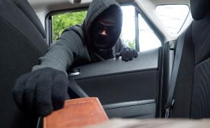 גנב לוקח ארנק מתוך רכב (אילוסטרציה: thinkstock)