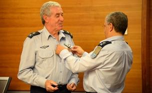 גדעון שפר מקבל עיטור (צילום: הגר עמיבר, אתר חיל האוויר)