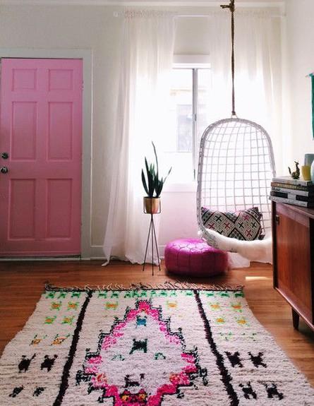 דלת ורודה, פוף ושטיח