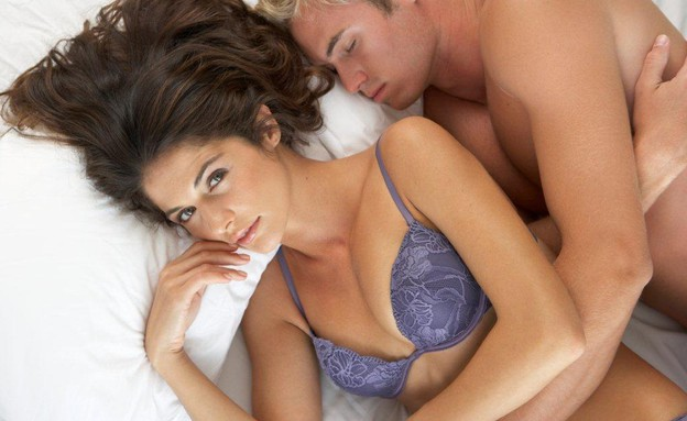 גבר ישן במיטה, אישה ערה. סקס. זוג (צילום: realsimple.com, getty images)