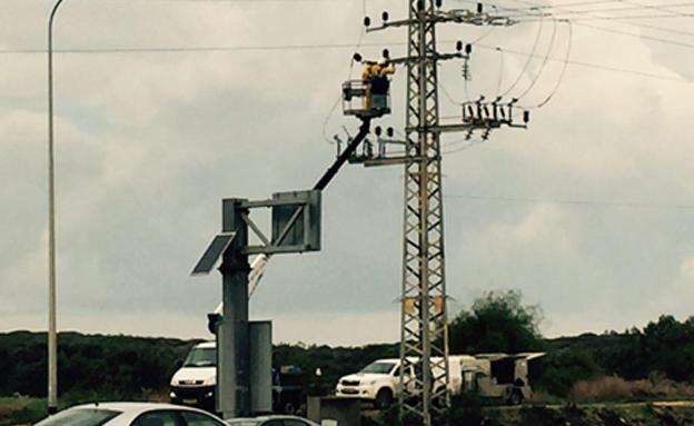 עובדי חברת החשמל מנסים לתקן (צילום: עופר קרמר, חדשות 2)