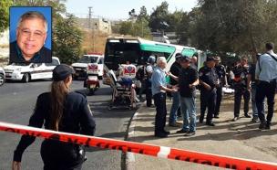 לייקין על רקע זירת הפיגוע (צילום: TPS)