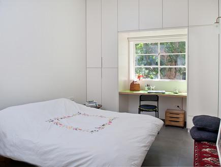 שולחן כתיבה וחלון בתוך ארון