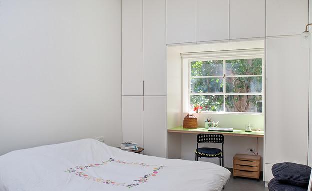שולחן כתיבה וחלון בתוך ארון (צילום: גלית דויטש)
