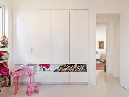 נישה לאחסון ספרים או משחקים בגובה נגיש לילד