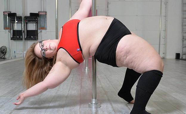 רקדנית על עמוד במידות גדולות (צילום: Michael Thomas, dailymail)