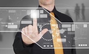 איש עסקים עובד עם לוח וירטואלי (אילוסטרציה: Cio18, Thinkstock)