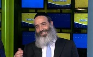 הרב פנגר מגיע באולפן (צילום: מתוך עולם הזוהר, ערוץ 24)