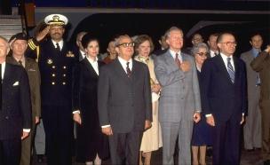 """נבון, נשיא ארה""""ב קרטר ורה""""מ בגין, 1979 (צילום: לע""""מ)"""