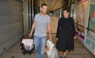 שני כהן יוצאת מבית חולים נובמבר 08 (צילום: צ'ינו פפראצי)