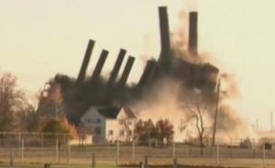 צפו בפיצוץ המבוקר של תחנת הכוח (צילום: Sky News)