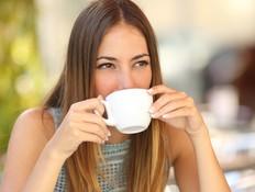 אישה שותה קפה (צילום: אימג