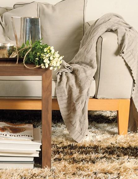 אפור. ספה, שטיח וכרבולית באפור, רשת IDdesign. (צילום: ג'ורג' טיילור)