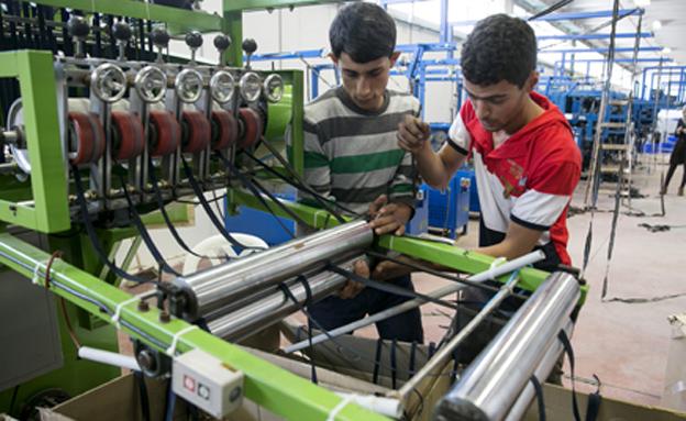 עובדים פלסטינים ביקב ברקן (צילום: רויטרס)