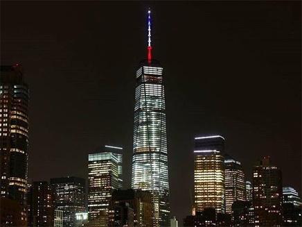 מגדל החירות במנהטן בצבעי הדגל הצרפתי