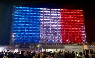 """בניין עיריית ת""""א בצבעי דגל צרפת (צילום: חדשות 2)"""