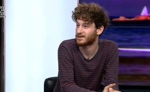 אלישע בנאי באולפן (צילום: מתוך הדצים, ערוץ 24)