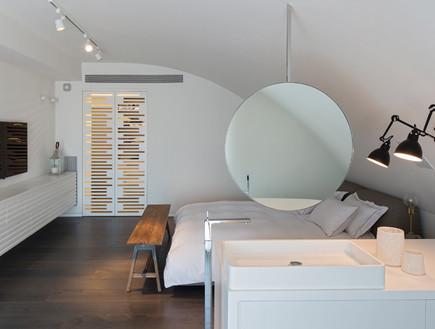 מרחב פתוח המכיל את אזורי השינה והרחצה