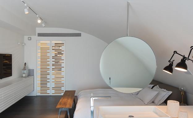 מרחב פתוח המכיל את אזורי השינה והרחצה (צילום: אלעד שריג)