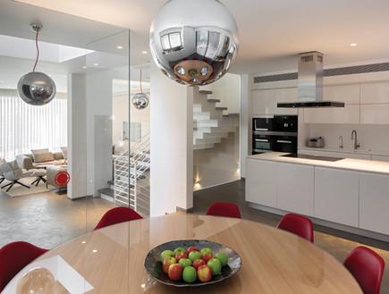 אזור הבישול מעוצב בקו מינימליסטי עם חזיתות