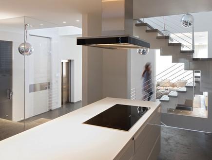 מדרגות מנותקות ומחיצות שקופות מייצרות מראה אוורירי