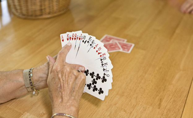משחקת קלפים (אילוסטרציה: Jan Tyler, Thinkstock)