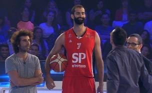 שחקן הכדורסל הגבוה בעולם (צילום: מתוך מי למעלה, שידורי קשת)