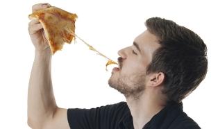גבר אוכל פסטה (צילום: אימג'בנק / Thinkstock)