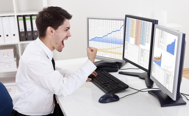 סוחר בורסה נלהב מול מחשב (אילוסטרציה: AndreyPopov, Thinkstock)