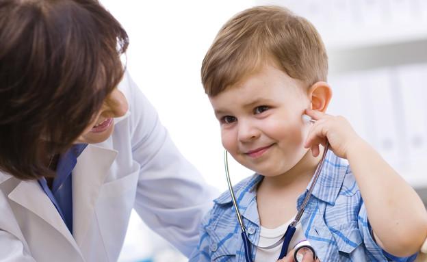 רופאה בודקת ילד עם ססטוסקופ (צילום: אימג'בנק / Thinkstock)