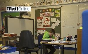 לבד בכיתה - וגם בהפסקה. אנדרסון בשיעור (צילום: דיילי מייל)