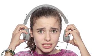ילדה מבוהלת עם אוזניות (צילום: Shutterstock, מעריב לנוער)