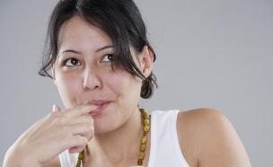 אישה אוכלת יוגורט (צילום: אימג'בנק / Thinkstock)