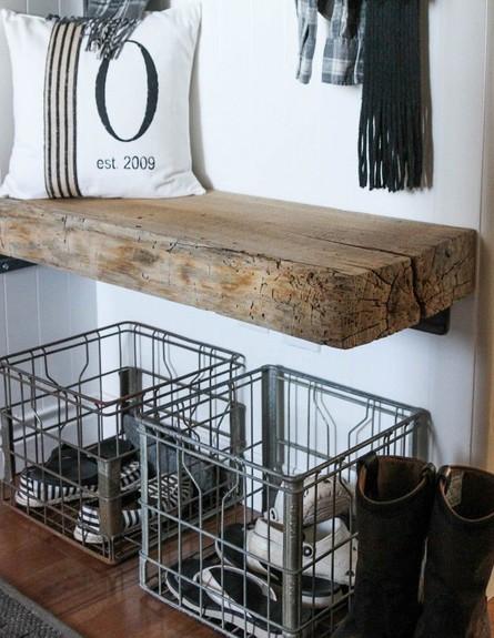 אחסון חורף, מדף עץ מתחתיו סלסלות (צילום: thewoodgraincottage)
