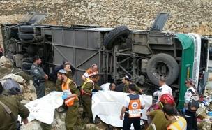 """עשרות נפצעו, האוטובוס ההפוך בבנימין (צילום: כב""""ה)"""